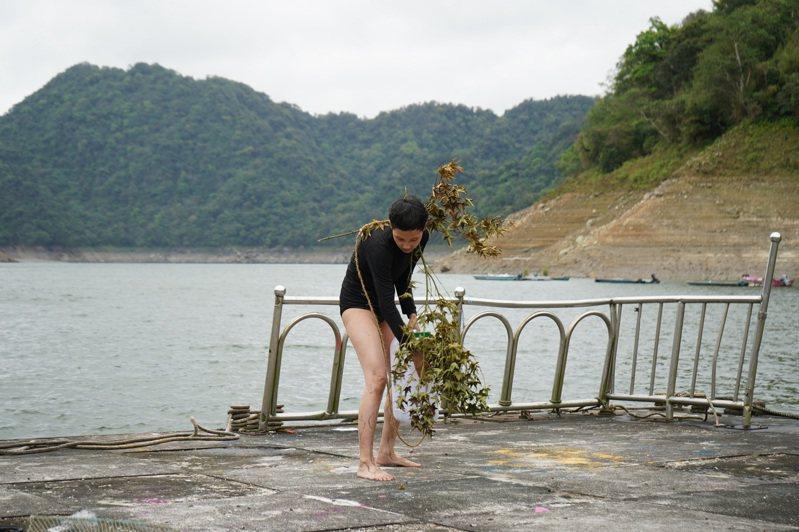林安琪《水池中的土地》於「仙島」拍攝與表演(圖片提供:Baï LEE)