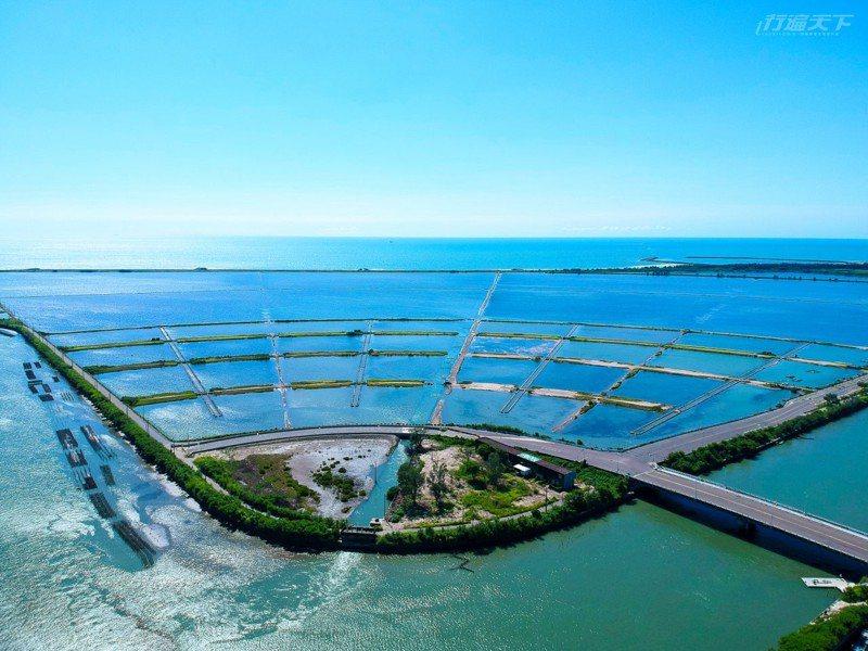 青山漁港旁的青鯤鯓扇形鹽田建於1977年,不同於傳統鹽田,以鹽工宿舍為核心,採放射狀向大海延伸而呈扇形狀。