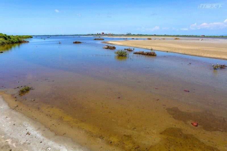 西寮鹽灘地為一大面積廢棄鹽灘地,鹽灘內的鹵水會隨降雨多寡、日曬周期 而產生變化,不同時段產生不同景致,號稱台版天空之鏡。