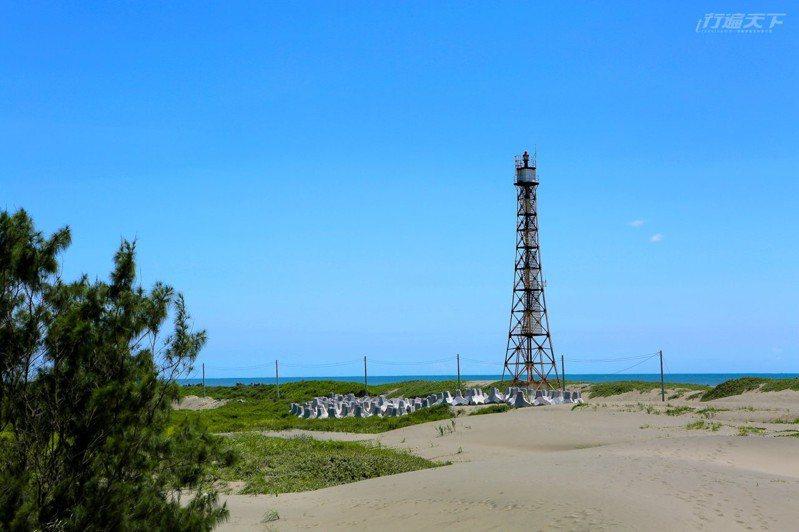台灣本島最西端的國聖燈塔,以鐵塔方式建造,高度約32.7公尺,燈塔立於滾滾黃沙的沙丘上,地形荒涼猶如沙漠。