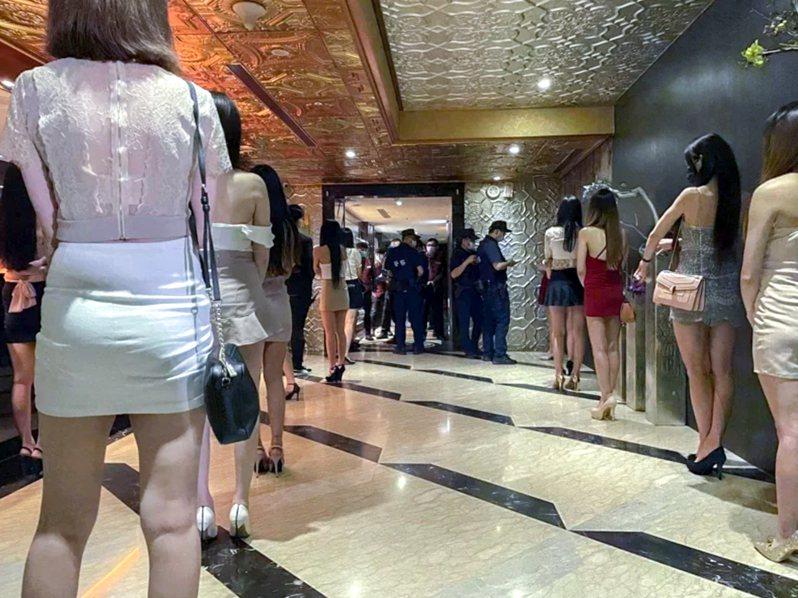 有酒店幹部說,酒店公關身材火辣,許多酒客是已婚身分,仍偷跑酒店尋找肉體關係;若與公關發生糾紛,多半抱持大事或小,小事化無態度,怕讓家人知道自己上酒店消費。記者蔡翼謙/翻攝