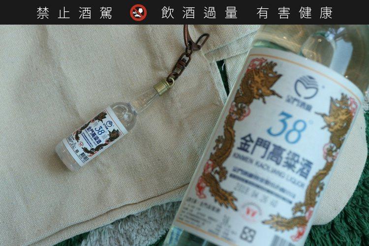 38度金門高粱酒酒瓶造型悠遊卡。圖/味丹提供。提醒您:禁止酒駕 飲酒過量有礙健康...