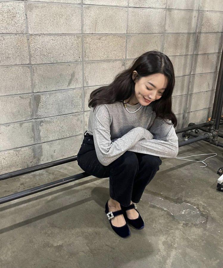 申敏兒最近也在IG秀出自己穿上Tres Vivier鑽扣絲絨瑪莉珍鞋的造型,搭配...