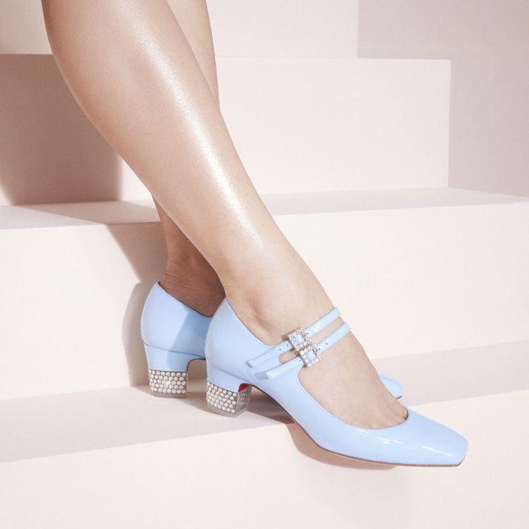 Christian Louboutin秋冬則是用糖果色來呈現雙扣帶瑪莉珍鞋,流露...