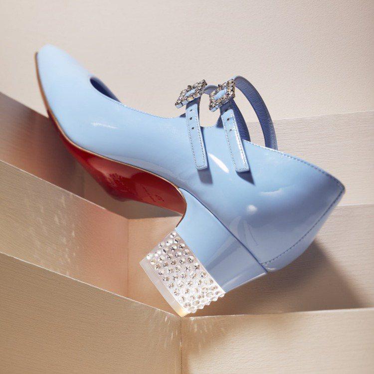 方形鞋跟採用獨特有機玻璃水鑽製作,每顆水鑽皆由工匠手工鑲嵌。圖/Christia...