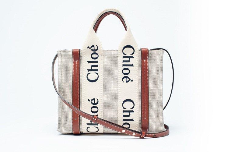 Woody咖啡色肩帶款小型托特包,30,600元。圖/Chloé提供