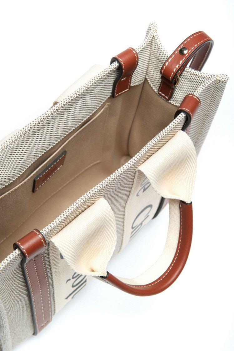 Woody托特包沿用品牌經典Woody便鞋Logo織帶作為設計重點,再加上採用不...