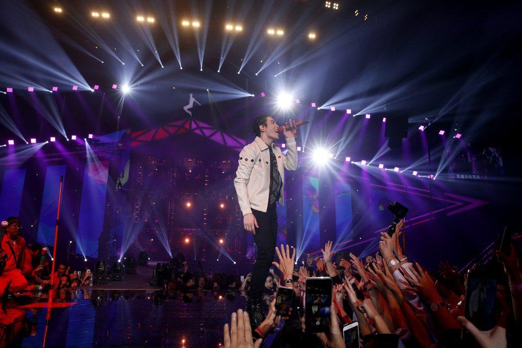 蕭敬騰的「娛樂先生世界巡迴演唱會」完整版將於8月14日啟售。圖/華納音樂提供