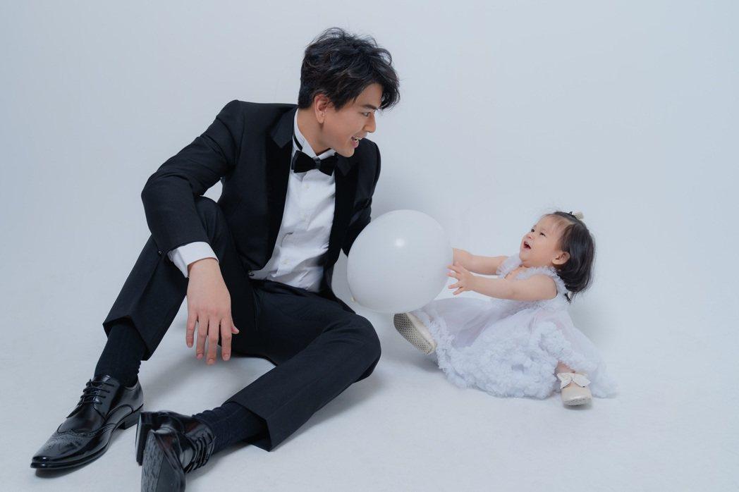 潘逸安(左)拿氣球把女兒逗得哈哈大笑。圖/艾迪昇傳播提供