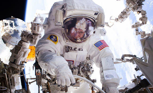 NASA的阿提米絲計畫目標要在2024年讓人類重返月球,但經歷重重關卡。圖為NASA女太空人惠特森(Peggy Whitson)在國際太空站待了近300天後,2017年9月重返地球。美聯社