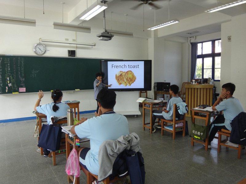台南市教育局長鄭新輝表示,後港國中停辦前,全校學生數僅剩10人。圖/後港國中提供