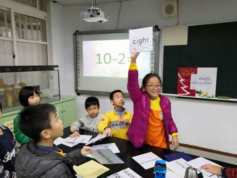 政大教育系教授鄭同僚表示,留住鄉村小校,需要用有效能的混齡教學,圖為新北市三和國小混齡教學情形。圖/三和國小提供