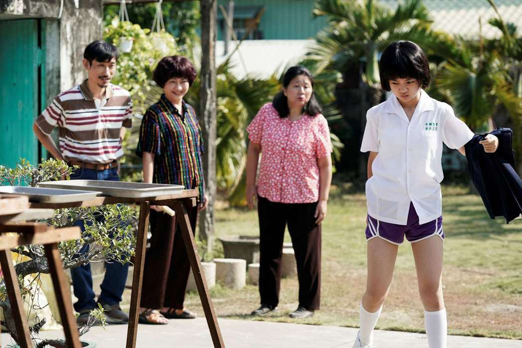 吳以涵在「俗女2」飾演的小嘉玲面對初經很痛苦。圖/CATCHPLAY+、華視提供