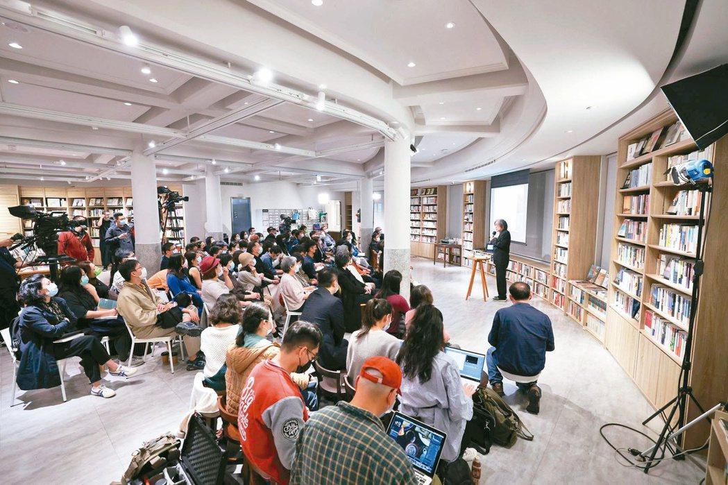 中央書局週三讀書會召集許多愛書人。圖/吳致碩攝影