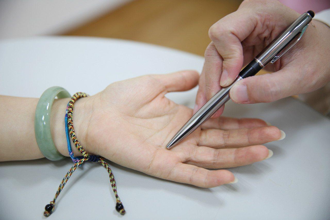 花蓮慈院中醫師陳中奎建議,若因汗流過多感到心臟不適,可按壓位於手握拳時小拇指尖處...