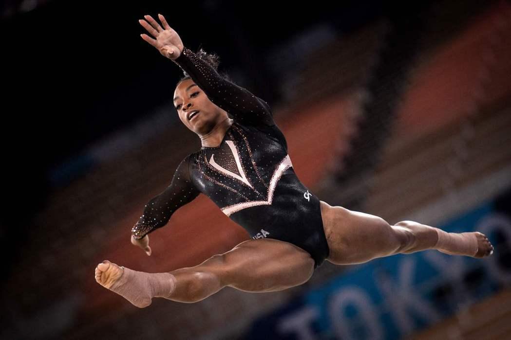 四次奧運金牌得主西蒙.拜爾斯(Simone Biles)在東奧女子體操團體決賽因「心理健康」因素,宣布退出。 圖/法新社