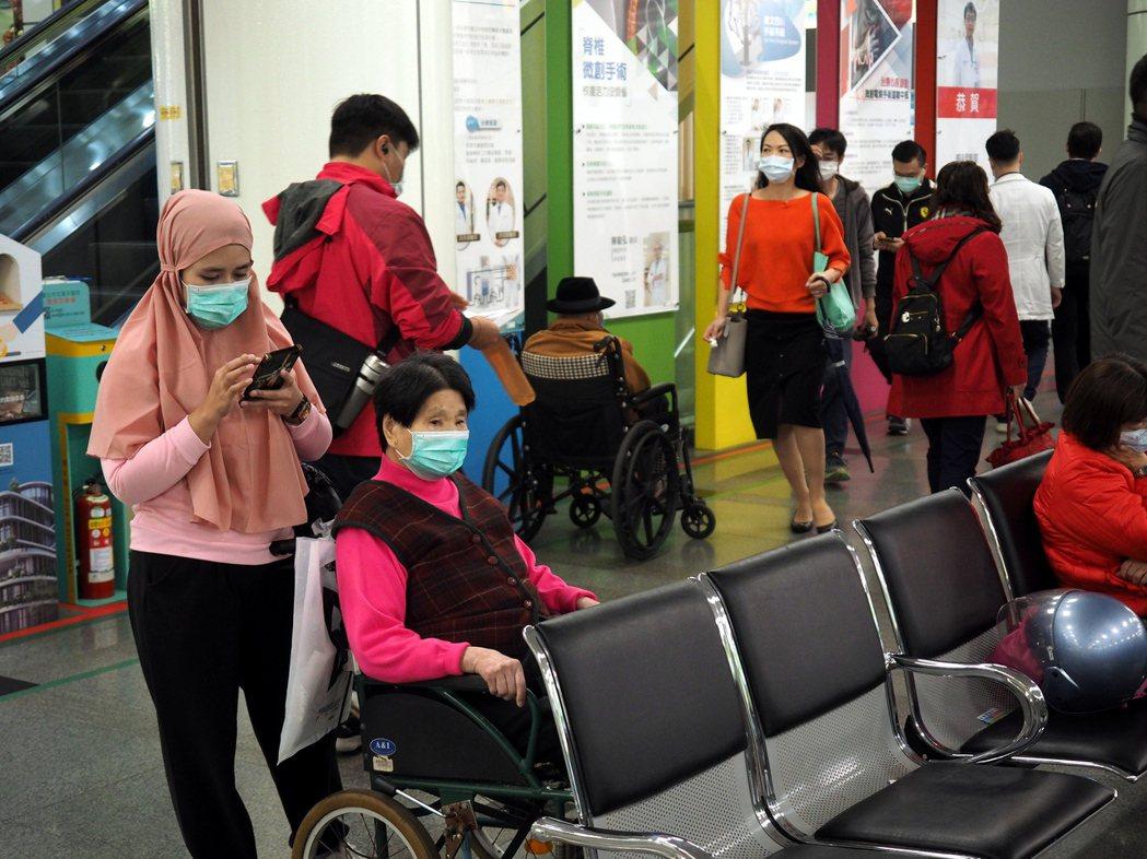 圖為在台灣作為看護的移工。 圖/歐新社