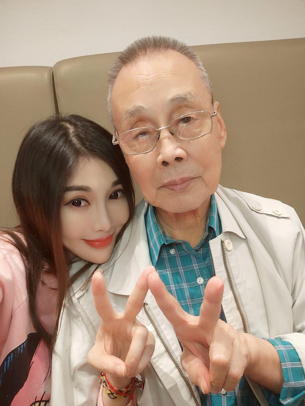 吳玟萱父親近日出車禍,肇事騎士卻稱是老人家自己跌倒。 圖/擷自吳玟萱臉書