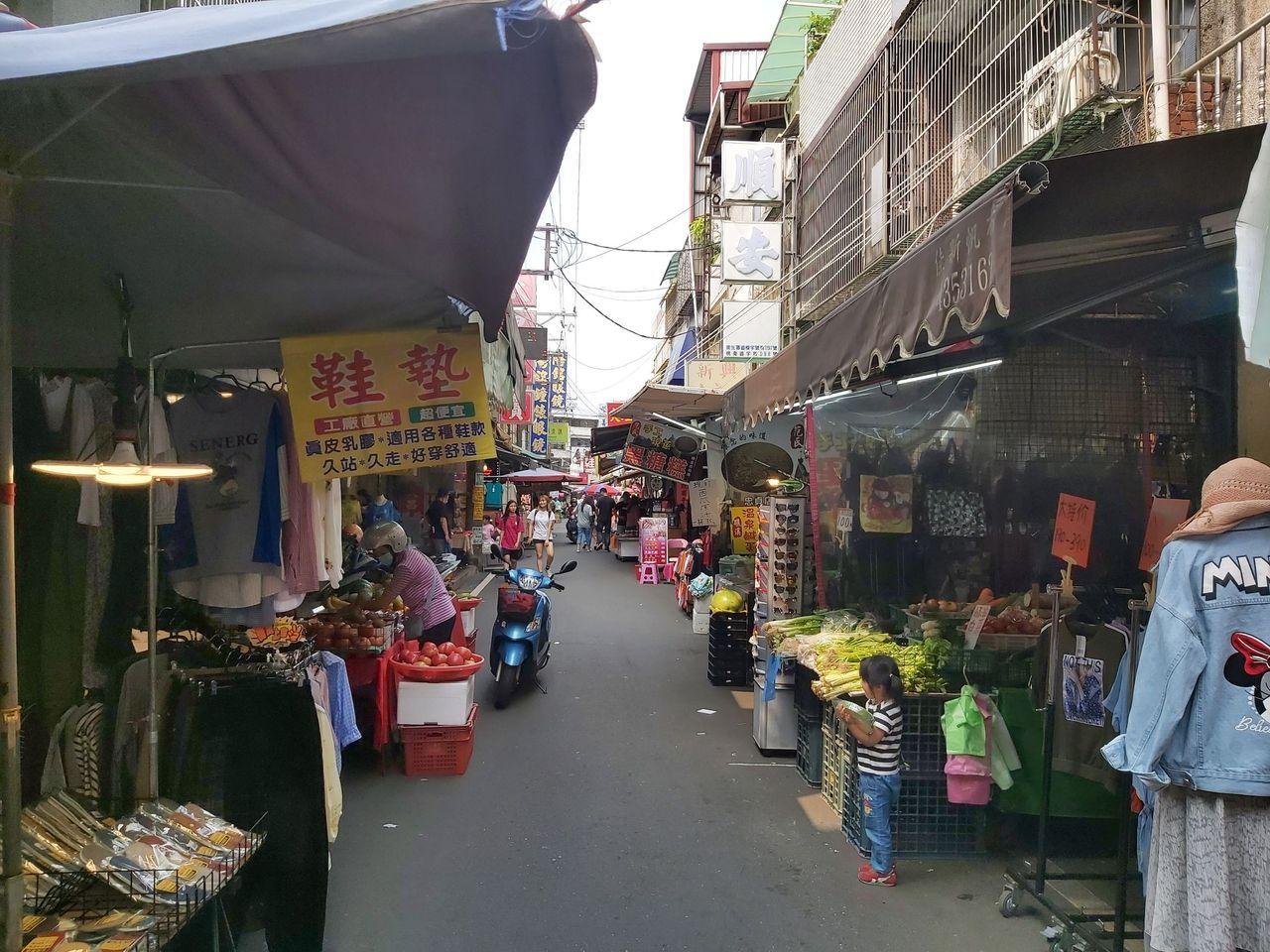 桃園中壢的忠貞市場是全台滇緬泰美食的最大集散地,在地人常一大早到市場排隊買祖傳小...