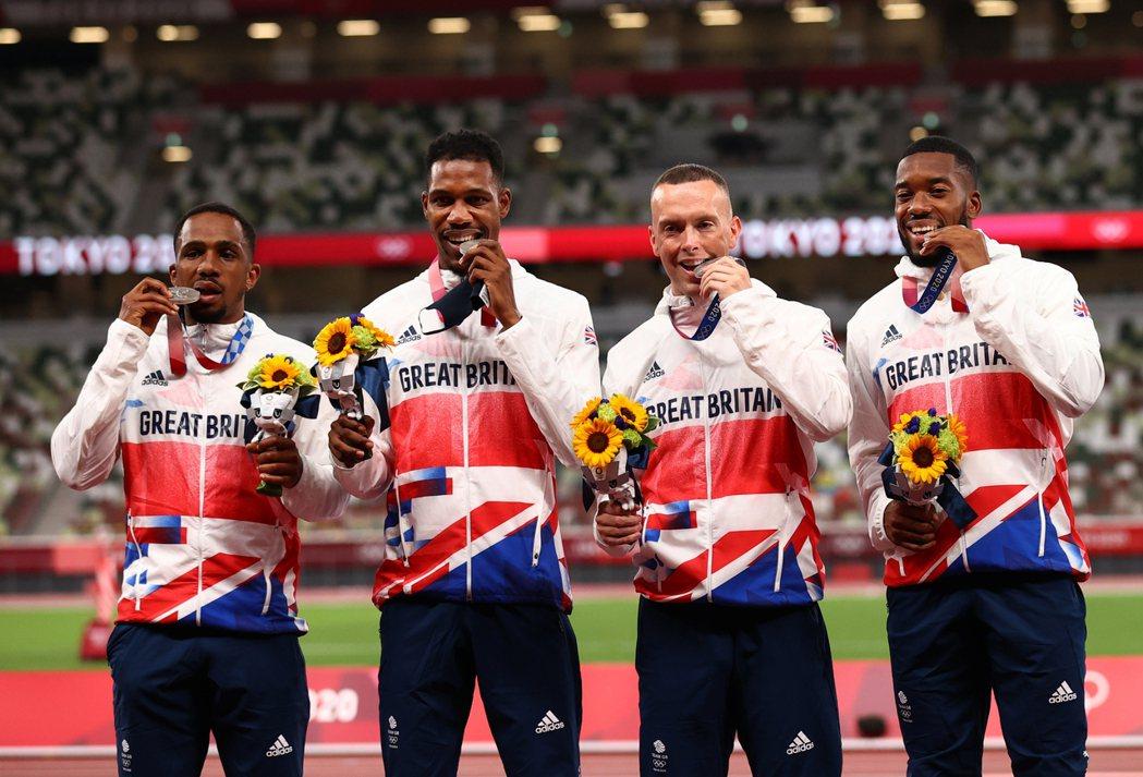 日前於東京奧運拿下男子400公尺接力銀牌的英國田徑選手CJ Ujah(左一)遭驗