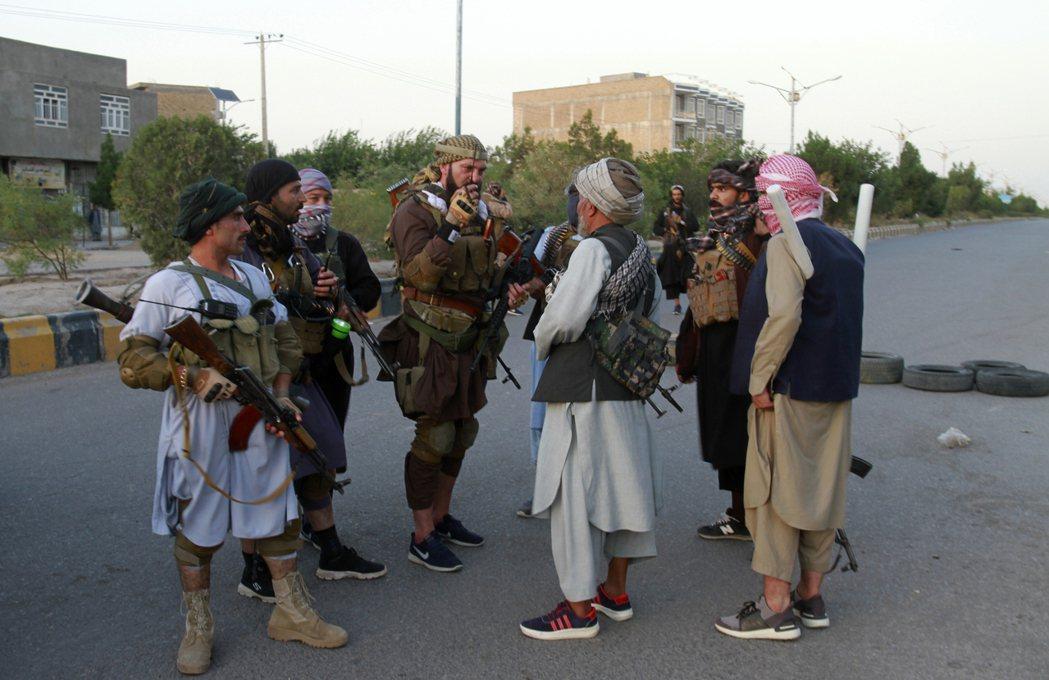 赫拉特的反塔利班軍閥戰士。 圖/美聯社