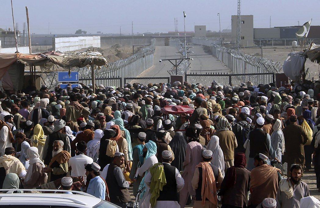 逃往巴基斯坦邊境的阿富汗難民。 圖/美聯社