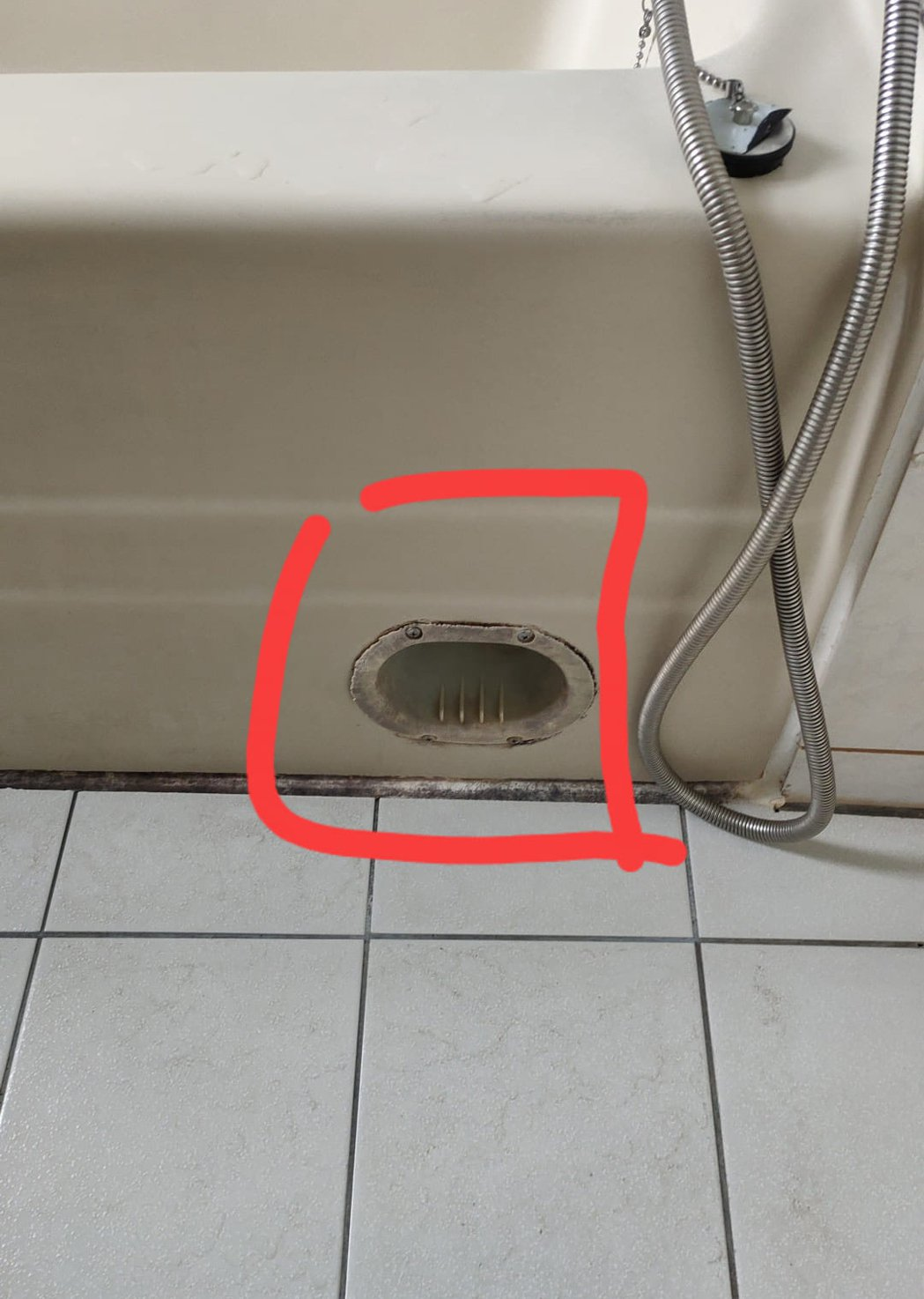 一名女網友發現家中浴缸外側有一個小凹槽,讓她好奇有什麼用途。 圖/翻攝自「裝潢D...