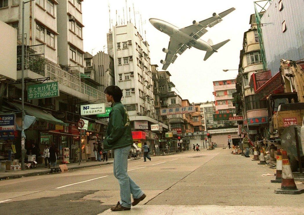 照片拍攝於1998年3月。在赤鱲角機場於1988年7月啟用前,九龍一名男子走在路...