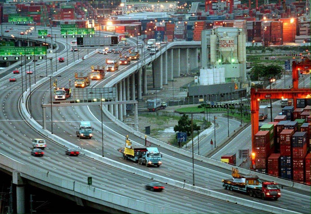 1988年7月5日,一隊卡車從啟德機場開往新的赤鱲角機場。 圖/法新社