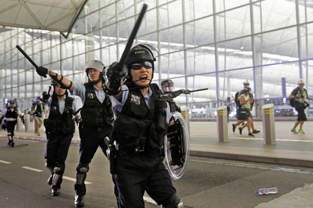 2019年8月13日,圖為衝進航廈的警察。 圖/美聯社