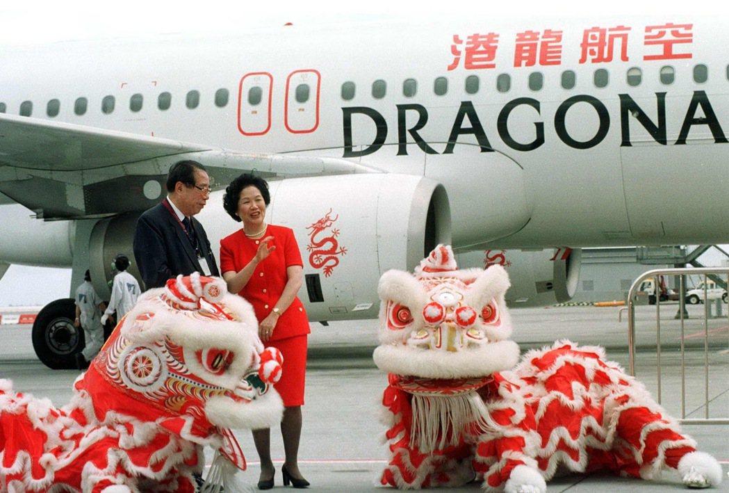 1998年5月26日,當時還是港英政府首位華人布政司的陳方安生、與香港機場管理局...