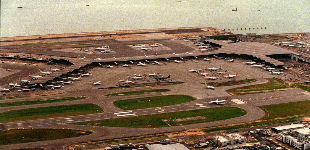 赤鱲角機場1998年剛開始營運的照片。 圖/法新社