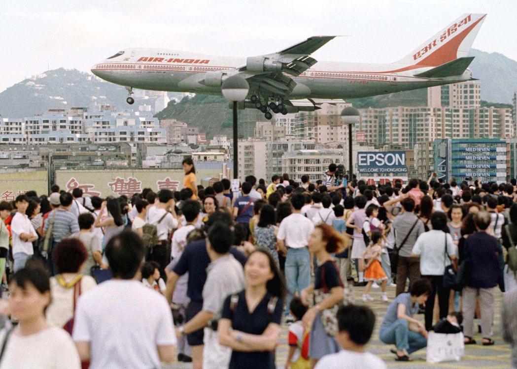 在赤鱲角機場啟用之前,啟德機場最後一天的樣子。 圖/路透社
