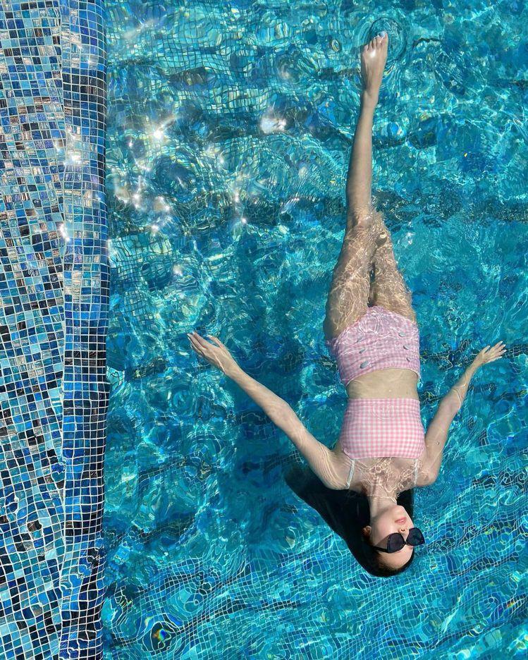 Jessica的超美泳池照拍得相當用心,簡直是房地產豪宅廣告。圖/IG