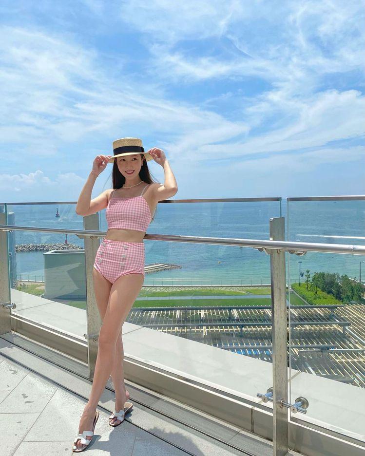 Jessica穿BLANC & ECLARE泳裝,搭配愛馬仕的鞋履。圖/...