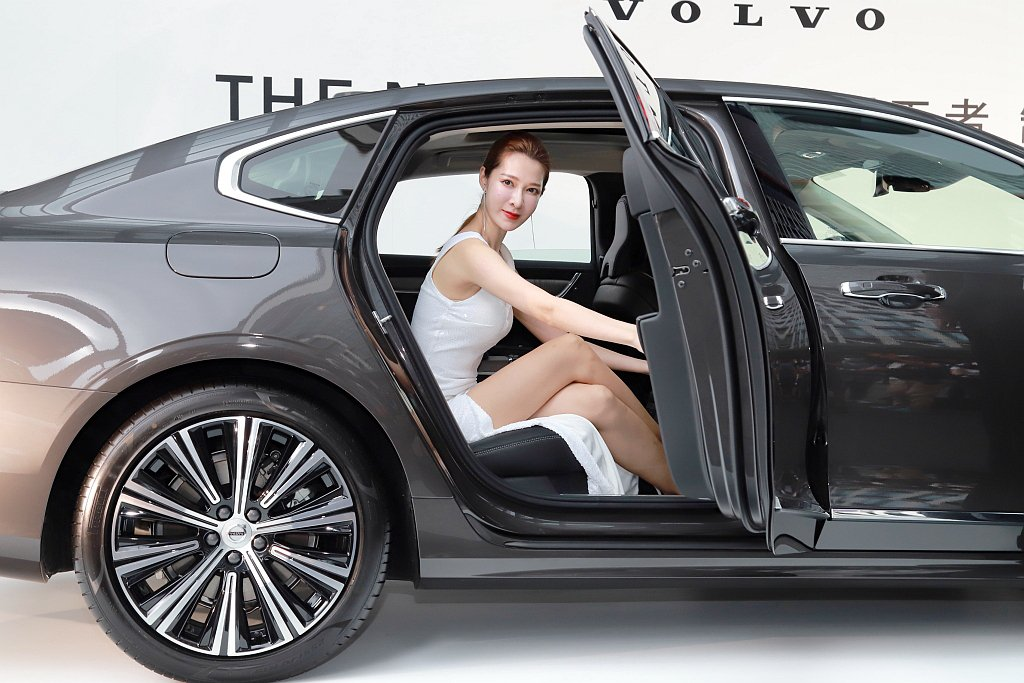 新Volvo S90寬敞大器的後座,除了提供最舒適的腿部空間,更導入頭等艙級「後...