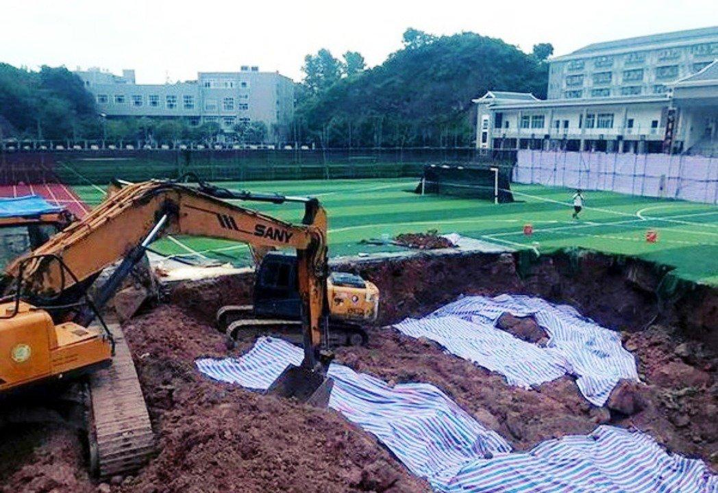 曾經引發中國社會震撼的「操場埋屍案」——湖南省中學教師鄧世平在2019年被發現遭...