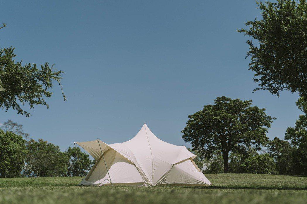 協同策展人賴彥岐收集眾多經典帳篷,包含Moss Tent老帳等經典逸品在展覽中精...
