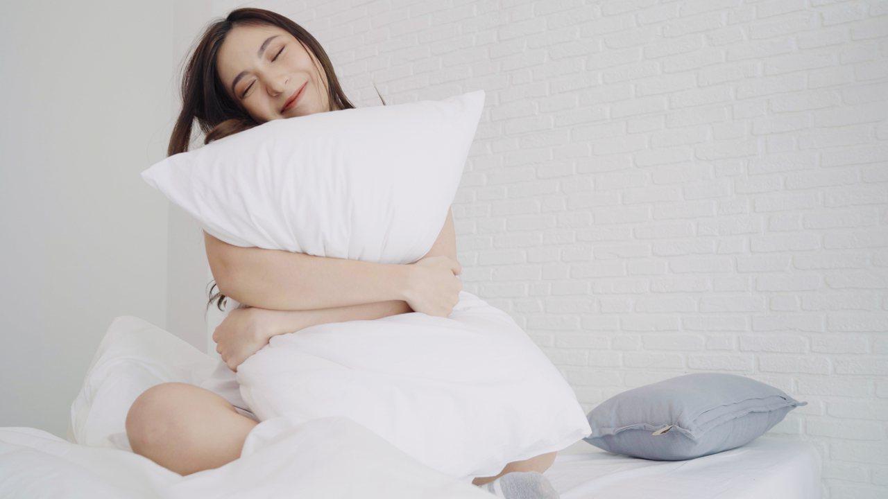 睡得好不好,挑選軟硬度適中的床墊與合適的枕頭也很重要。 圖/freepik