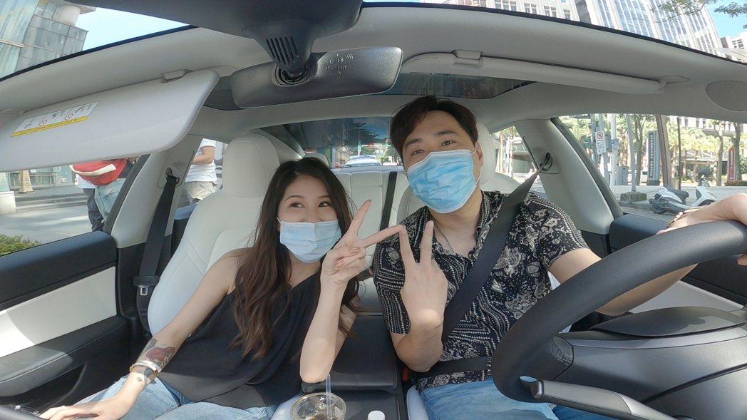 余祥銓載女友柔柔搭乘新車。圖/TVBS提供