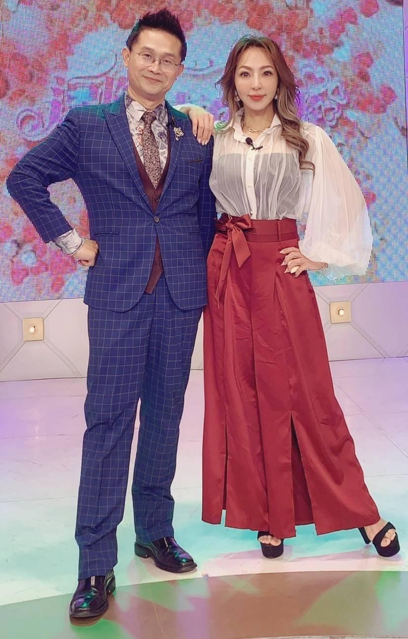羅瑞誠(左)和妞妞主持紅娘節目「逗陣來作伴」。圖/天良電視台提供