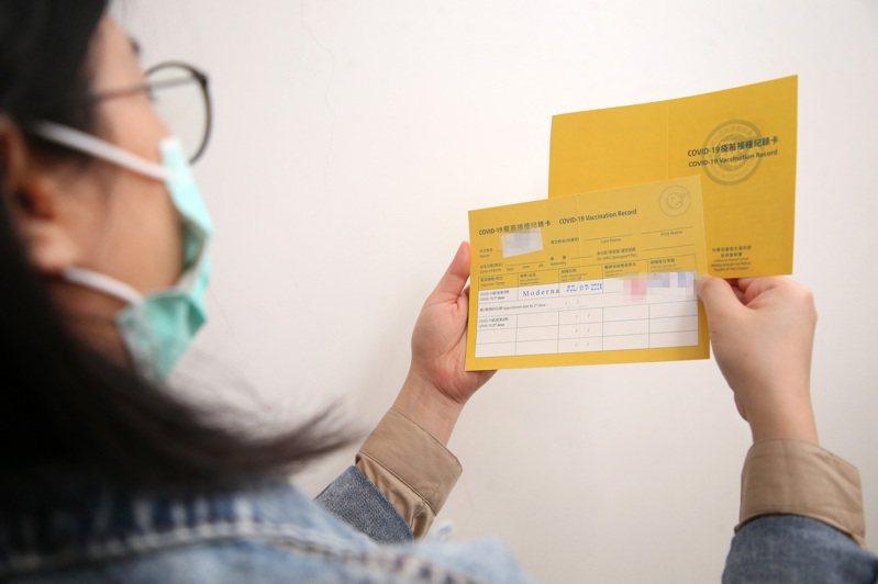 歐美部分企業要求員工接種疫苗後才能回到辦公室,但在國內目前疫苗不足的情況下,若業者祭出強制規定,恐引發勞資爭議。圖/聯合報系資料照片