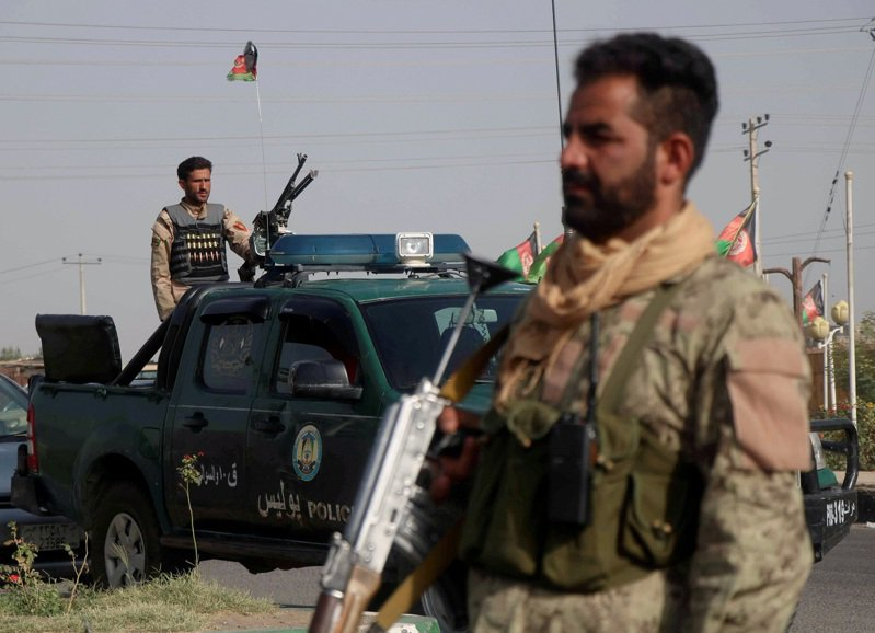 阿富汗政府軍被戳爆在美軍準備完全撤離前的不到三周就已接近總崩,軍力更因神學士攻勢而筋疲力竭與分身乏術。路透
