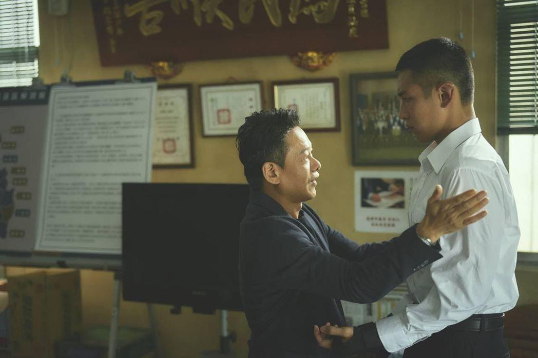 柯震東(右)和李康生在「鱷魚」有對手戲。圖/双喜提供