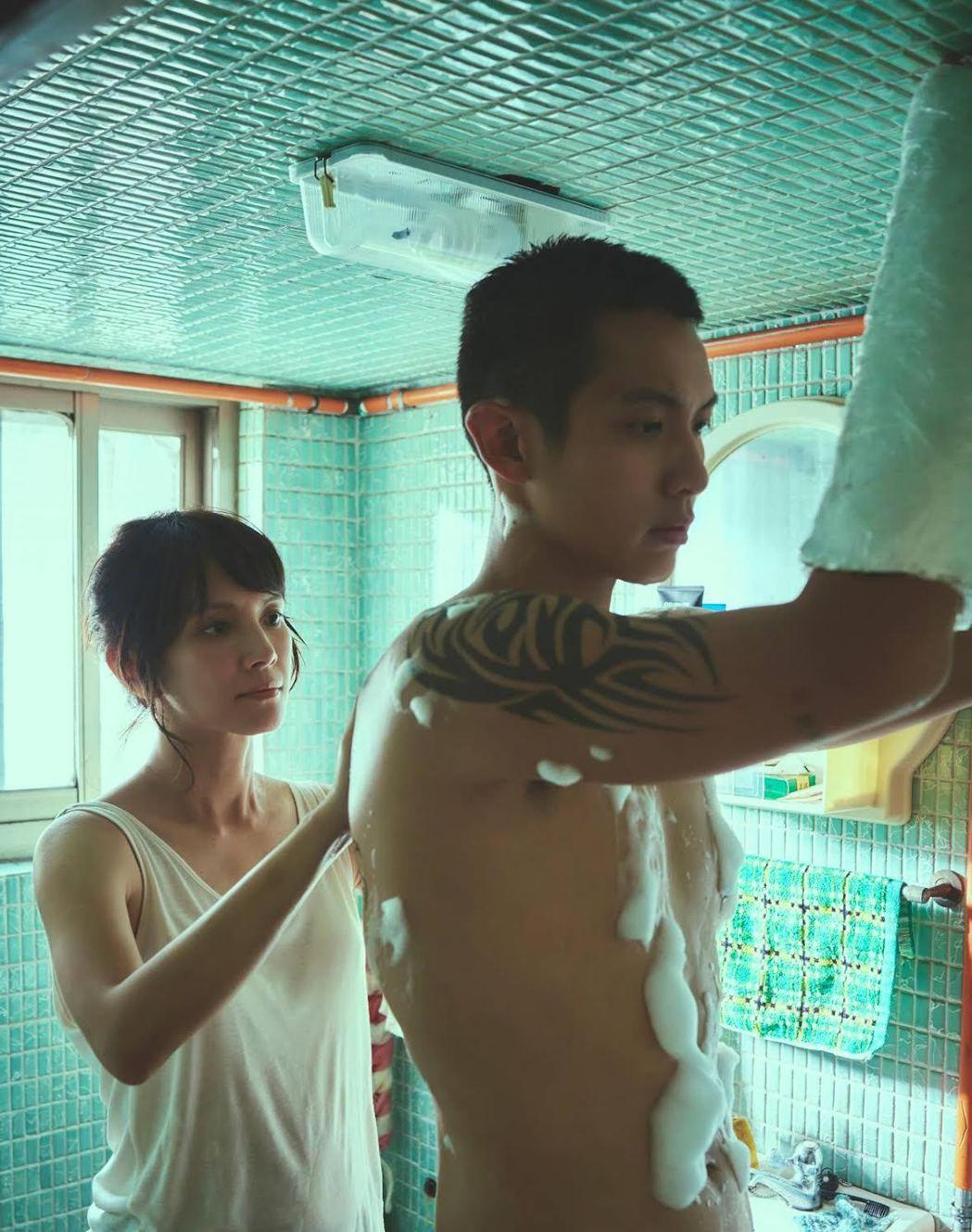 李心潔(左)與柯震東在「鱷魚」擦出曖昧火花。圖/双喜提供