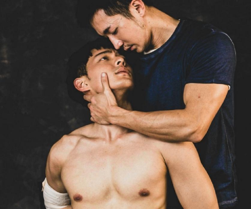 鍾岳軒(左)與劉道玄在「小光」中有虐心的感情戲。圖/GagaOOLala提供