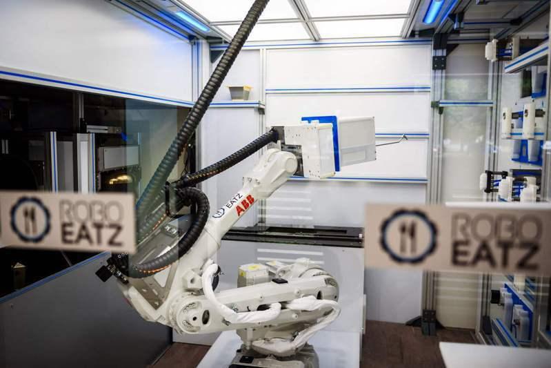 拉脫維亞里加的Roboeatz機器人在餐廳廚房準備食物。法新社