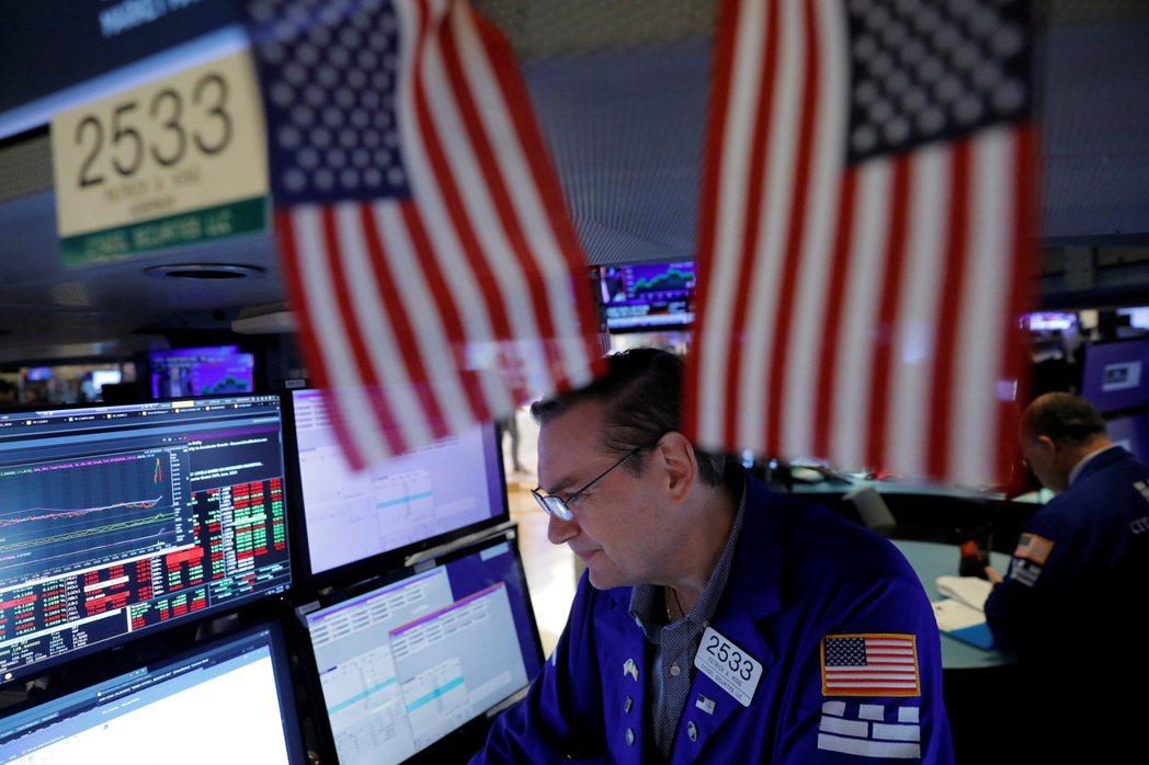 隨著經濟復甦,美國聯準會官員乃至財長或鷹或鴿的升息言論不斷干擾金融市場。(路透)