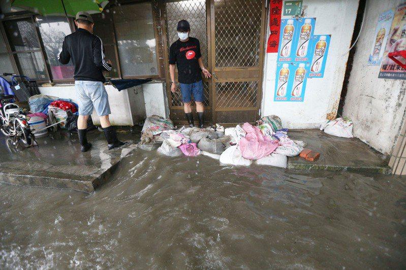 日前南部豪雨,大水淹進居民家中,所受財物損失可申請稅捐減免。圖/聯合報系資料照片