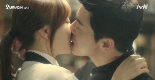 曹政奭和朴寶英在《Oh 我的鬼神君》各種親都成了名場面。圖/截自tvN